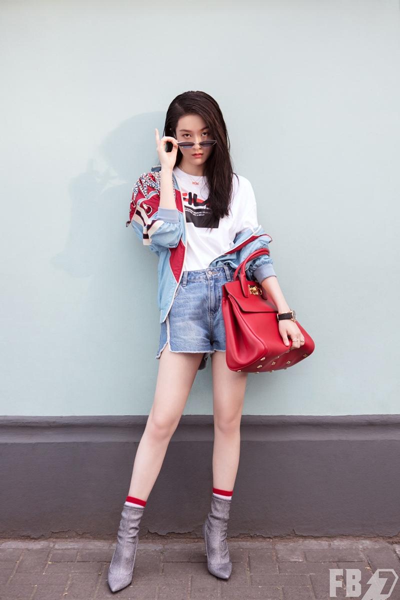 Diễn viên 21 tuổi người Trung Quốc Zhang Xueying xách túi Studio cỡ lớn màu đỏ tươi cùng bộ trang phục cá tính.