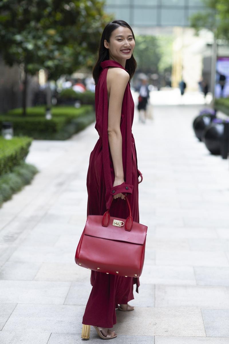 Người mẫu Trung Quốc, Wang Shiquing sở hữu túi Studio đỏ nổi bật tiệp màu với trang phục.