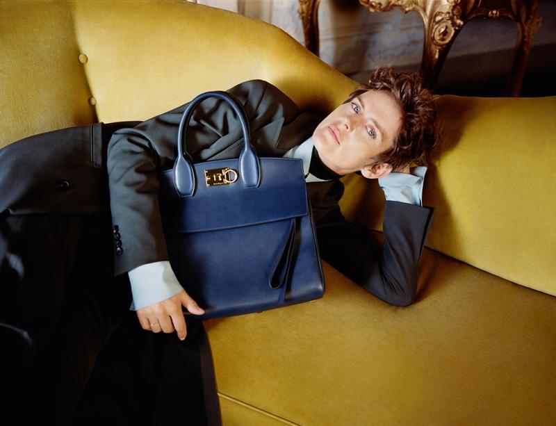 Siêu mẫu Anh Stella Tennant trong chiến dịch quảng cáo Thu Đông 2018 của Salvatore Ferragamo cùng chiếc túi Studio.
