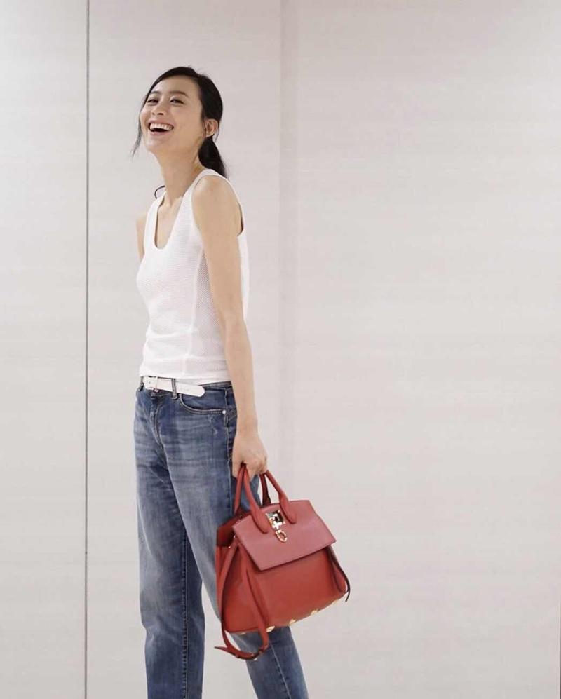 Nữ diễn viên Hong Kong, Fala Chen năng động tạo điểm nhấn với Studio đỏ lipstick.