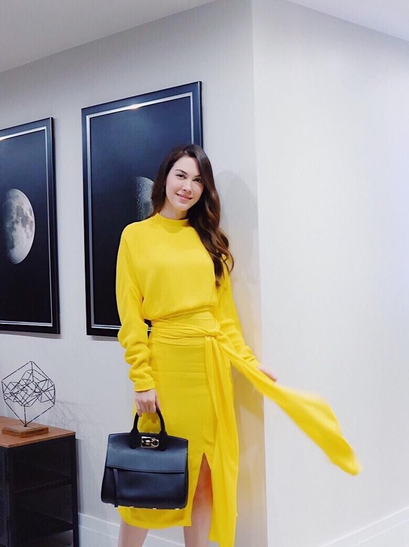 """Nữ diễn viên Matt Peranee (ngôi sao của phim """"Vì sao đưa anh tới"""" phiên bản Thái Lan) xách túi Studio cùng đầm vàng dài tay."""