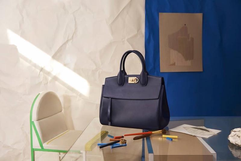 Túi Studio màu xanh navy.