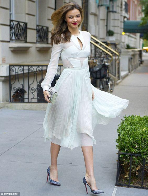 đầm trắng mang túi màu gì, mặc đầm trắng mang túi màu gì, váy trắng kết hợp với túi màu gì, mặc váy trắng đeo túi màu gì, đầm trắng phối túi xách màu gì, váy trắng nên đeo túi màu gì